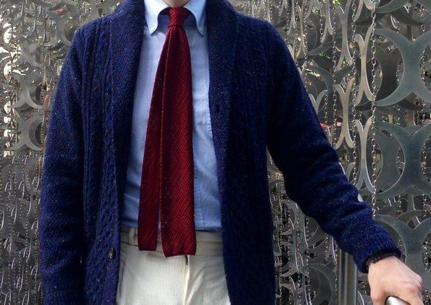 Avec un chino ou un pantalon en velours le résultat est assez décontracté (au pire il suffira d'ôter la cravate tout en restant digne). Source : Styleforum