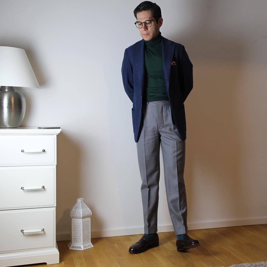 La présence d'un col roulé dans un dépareillé ne suffit pas à chasser tout formalisme… Source : blazerandtie.tumblr.com