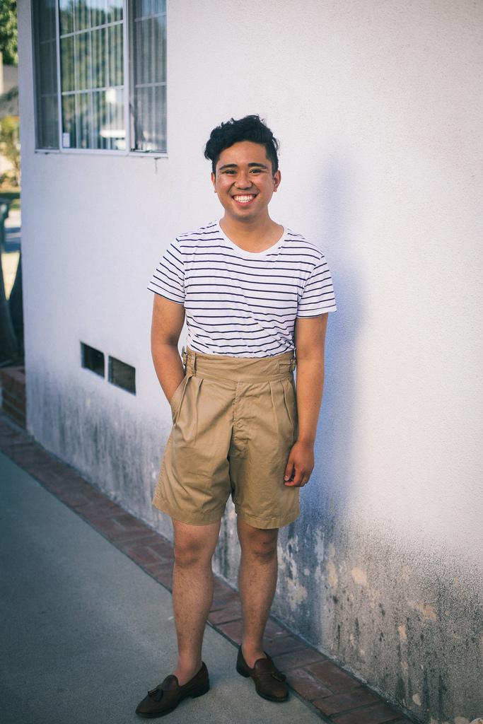 Même esprit marin mais avec un t-shirt et un short gurkha cette fois. Source : Ethan M. Wong