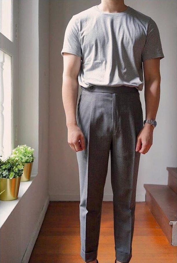 D'abord le cas le plus formel : t-shirt gris avec pantalon de laine gris…
