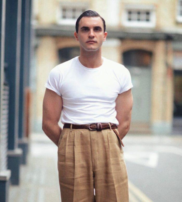 Et enfin à l'extrême opposée du spectre de formalisme : le pantalon beige léger avec ceinture tressée marron. Source : James Jonathan Turner