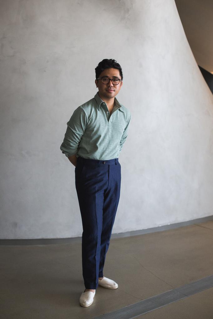 Ici avec un pantalon en laine, un polo manche longue rentré dans le pantalon. C'est réussi et estival (quoi que j'émette des réserves sur l'association des couleurs). Source : Ethan M. Wong