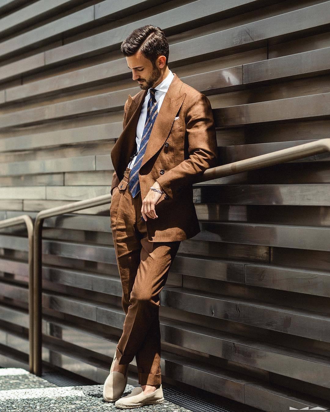 Le costume en lin permet de ne pas sembler sur-habillé malgré la présence d'une cravate et ainsi de ne pas jurer avec les espadrilles. Source : Milad Abeli