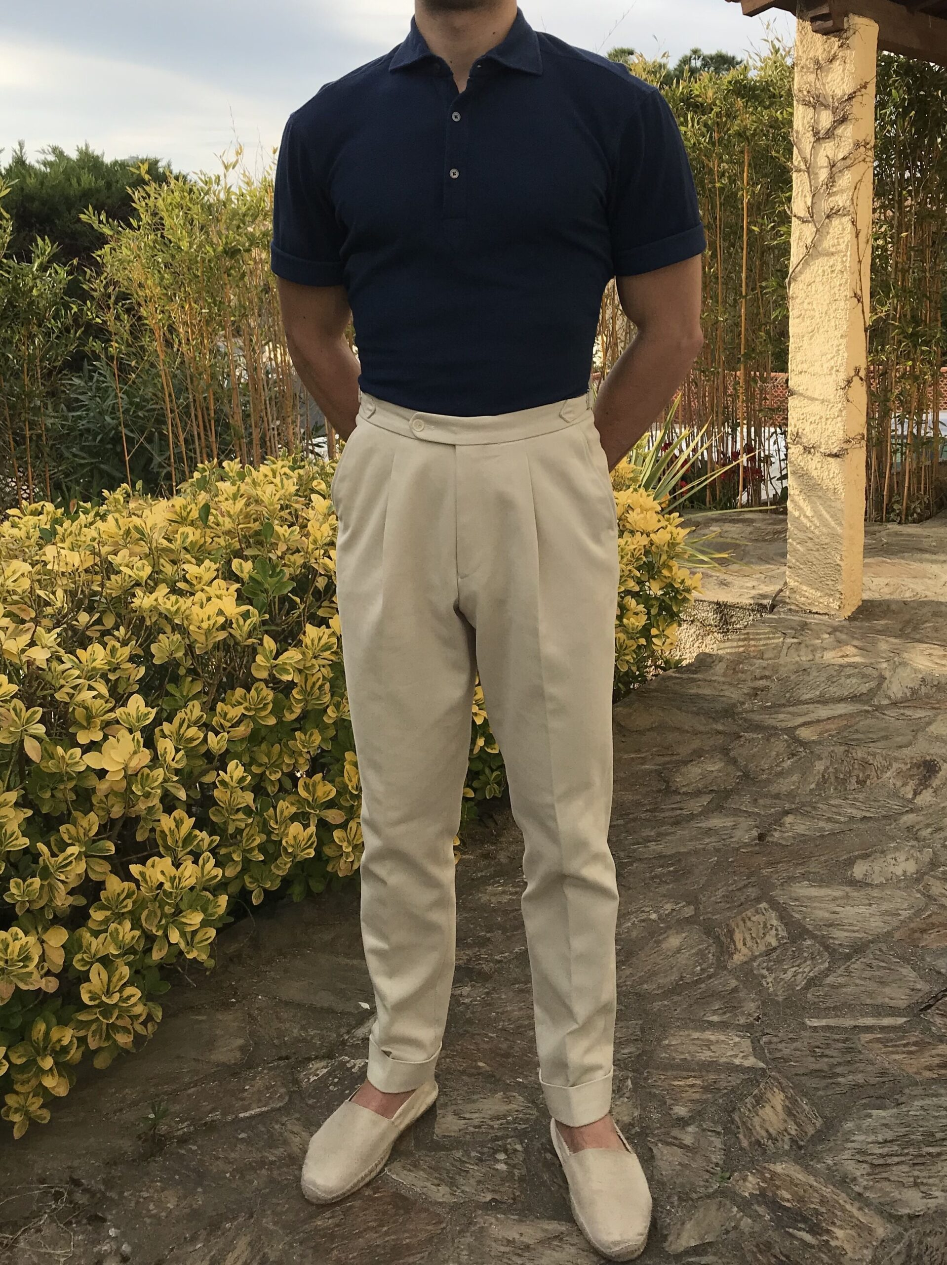 Tenue très estivale ici, composée du pantalon Natalino, d'un polo G. Inglese et d'une paire d'espadrilles. Notez comment le pantalon permet de mettre en valeur la silhouette masculine en marquant la taille.