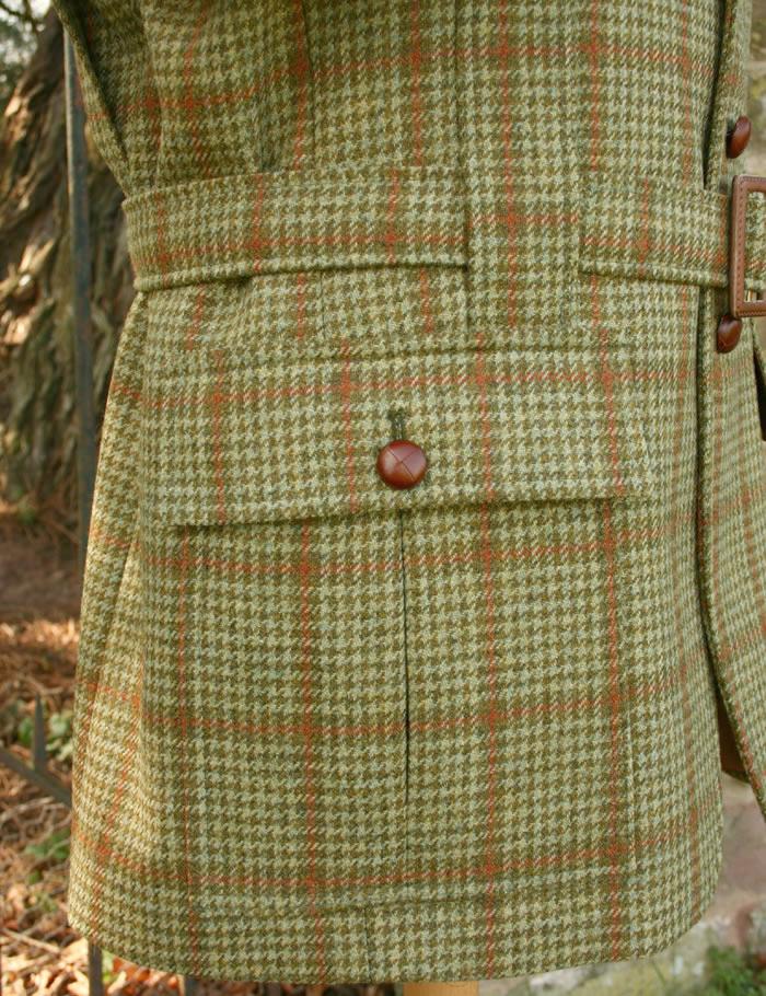 La poche est plaquée et munie d'un soufflet pour augmenter sa capacité, la présente d'un rabat  bouton permet de conserver ses effets personnels en toute sécurité. Les boutons en cuir offrent une manipulation aisée y compris avec des gants.