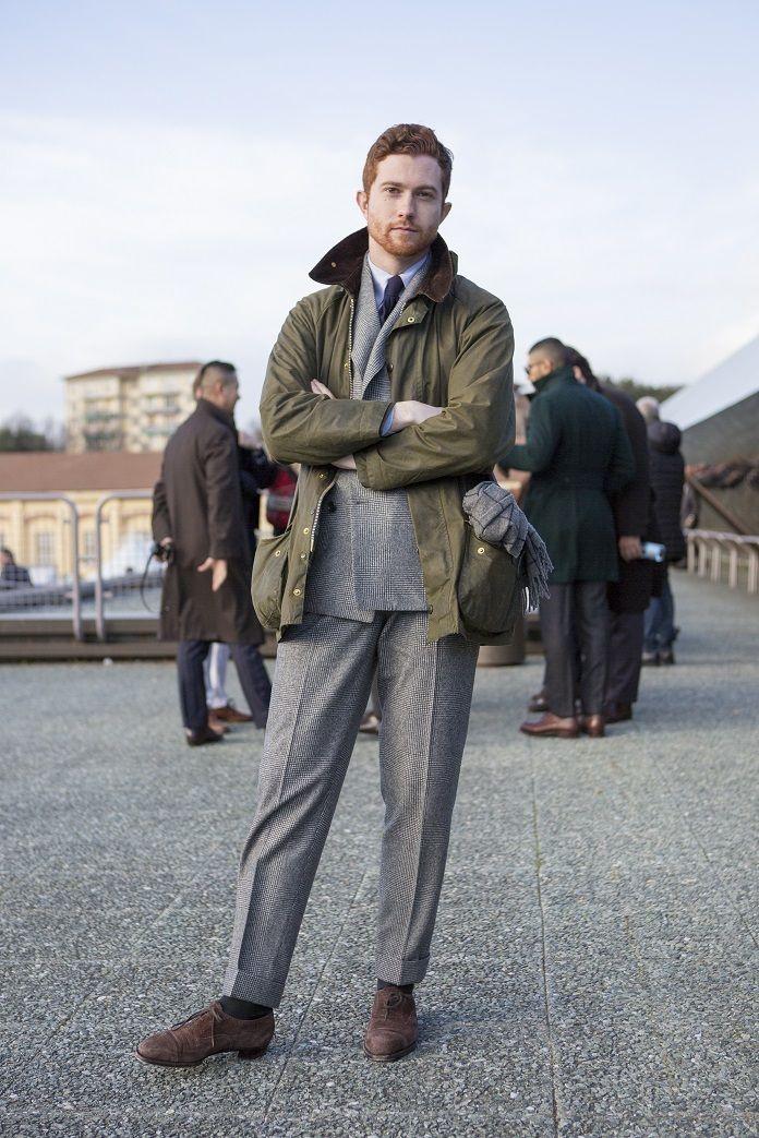 Si cette poche peut contenir une écharpe, elle pourra aisément transporter vos effets personnels.