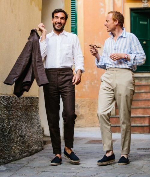 Du lin jusqu'au popover aux larges rayures, tout renforce la décontraction des tenues. Source : Drake's