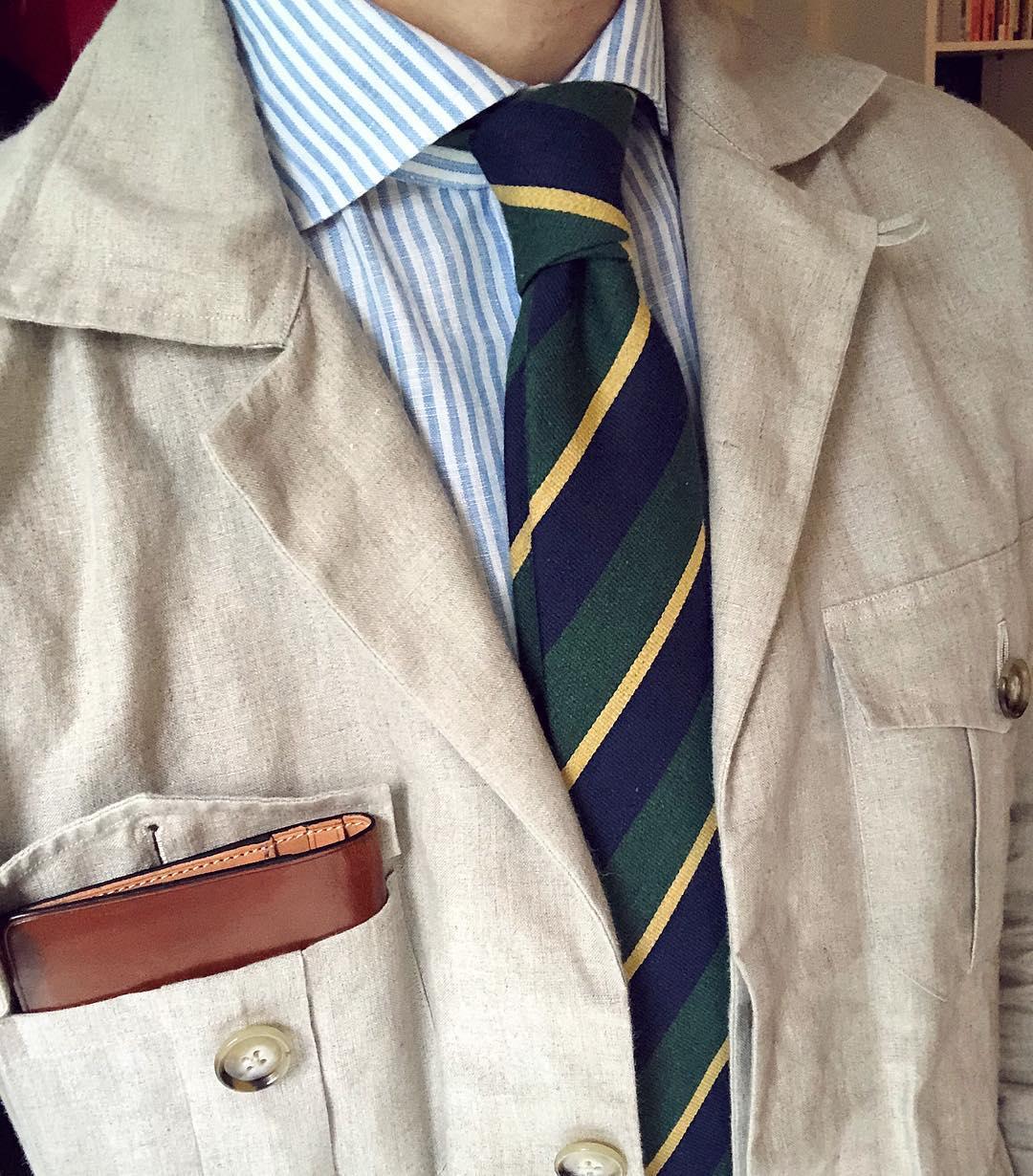 Dans les trois cas, la cravate ne jure pas avec la saharienne, on est bien loin du plouc vu plus haut.