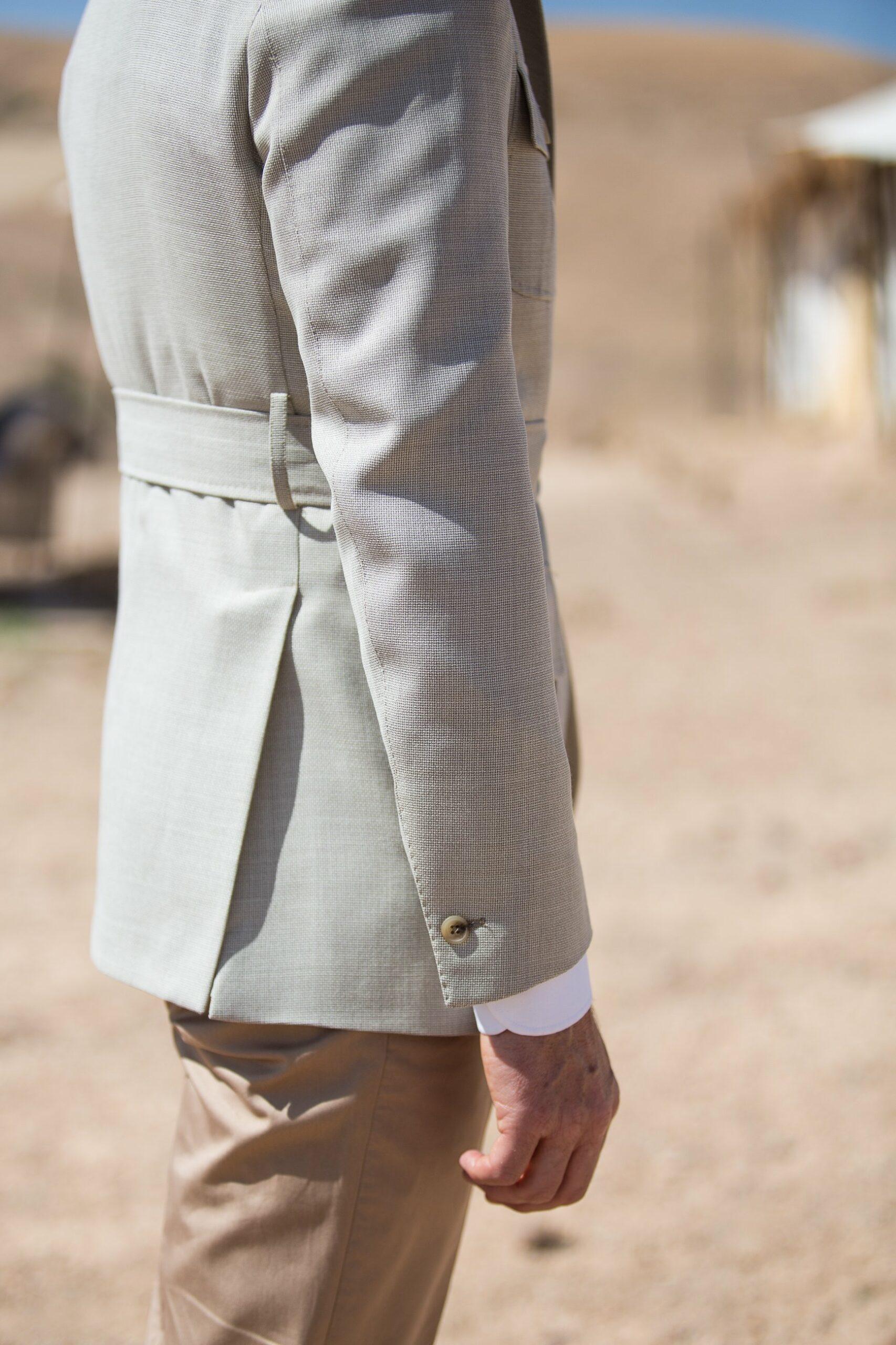 Fentes hautes et un bouton sur les manches. On regrette l'absence de plis golf.