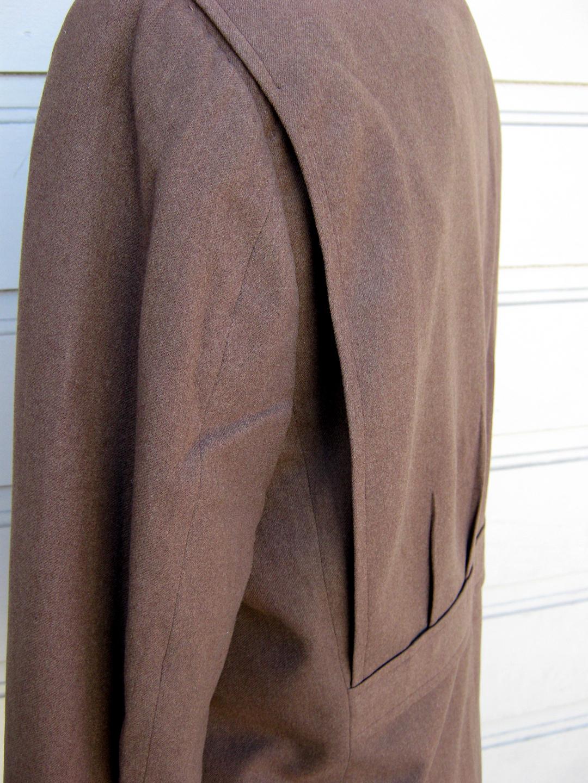 Les soufflets (plis golfs) dans le dos procurent une très grande aisance, c'est le principal avantage de ce type de veste avec la capacité de port.