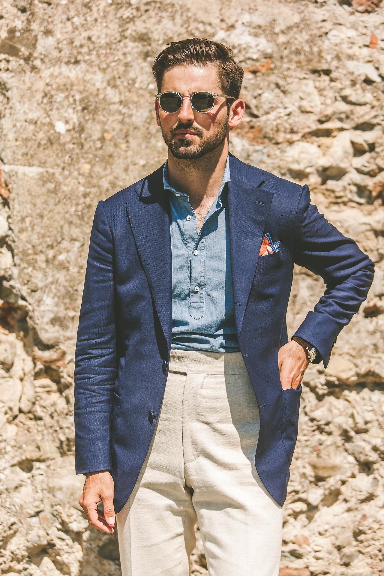 Le montant du pantalon est très long, la ceinture remonte au-dessus du deuxième bouton de la veste, on se rapproche ici d'une véritable taille haute au sens technique.