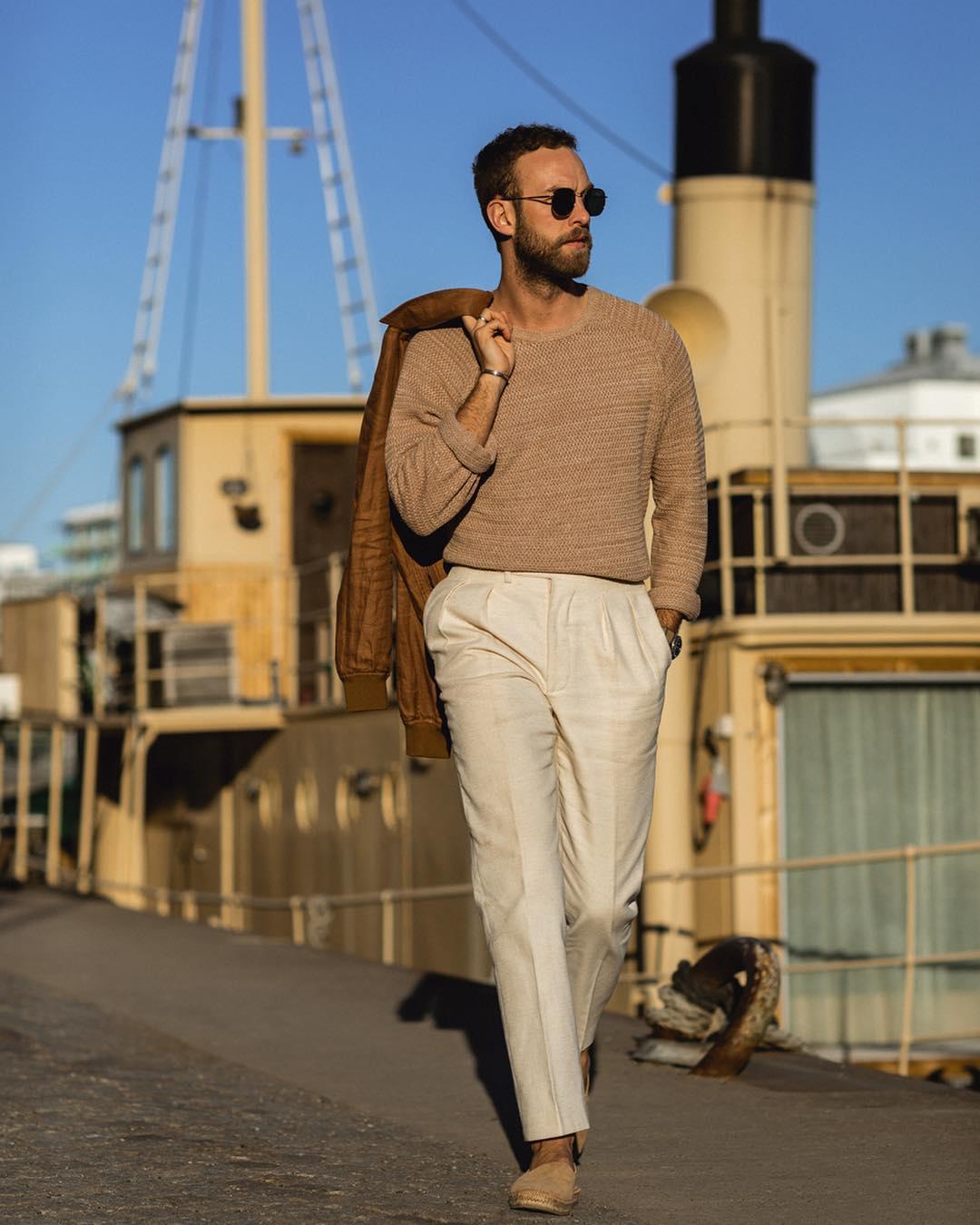 On peut par contre prévoir un pantalon légèrement plus bas pour un port casual sans veste. Mais c'est plutôt le port ou non d'une veste que le degré de formalité qui va influencer le choix de la taille.