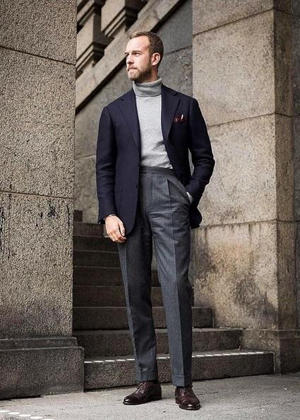 Vous verrez souvent des types comme Andreas Weinas adapter légèrement la hauteur de leur pantalon en fonction du port envisagé. Les ensembles plus formels (e.g. costumes ou dépareillés foncés) s'accommodent facilement des tailles hautes.