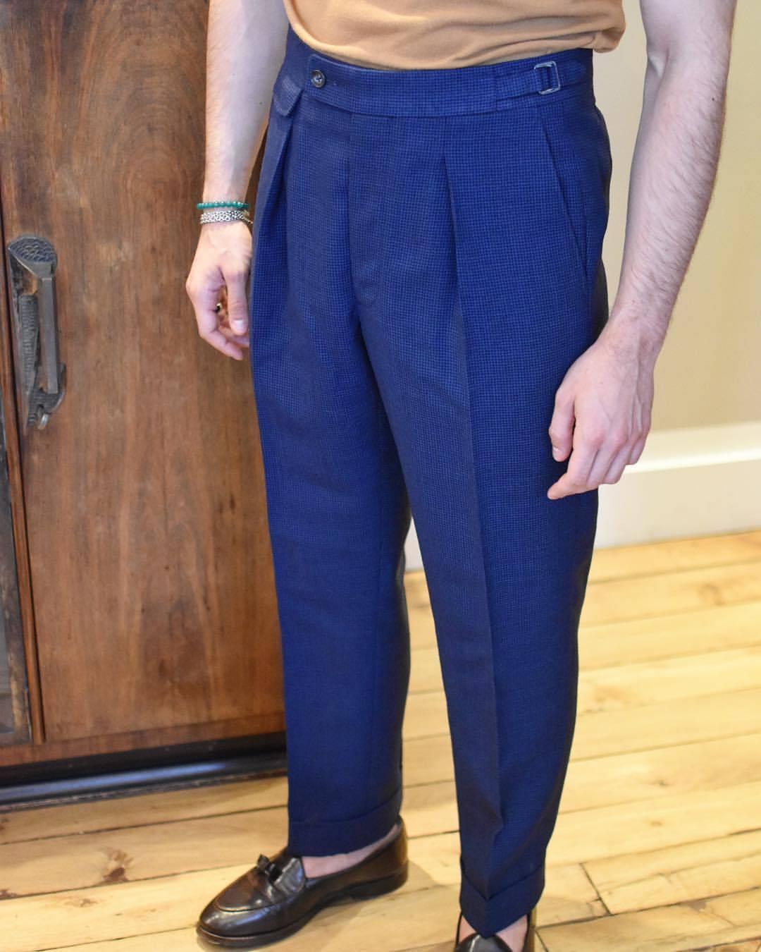 Un pantalon très bien proportionné signé Ardentes Clipei. La hauteur est parfaite pour un port avec pattes de serrage.