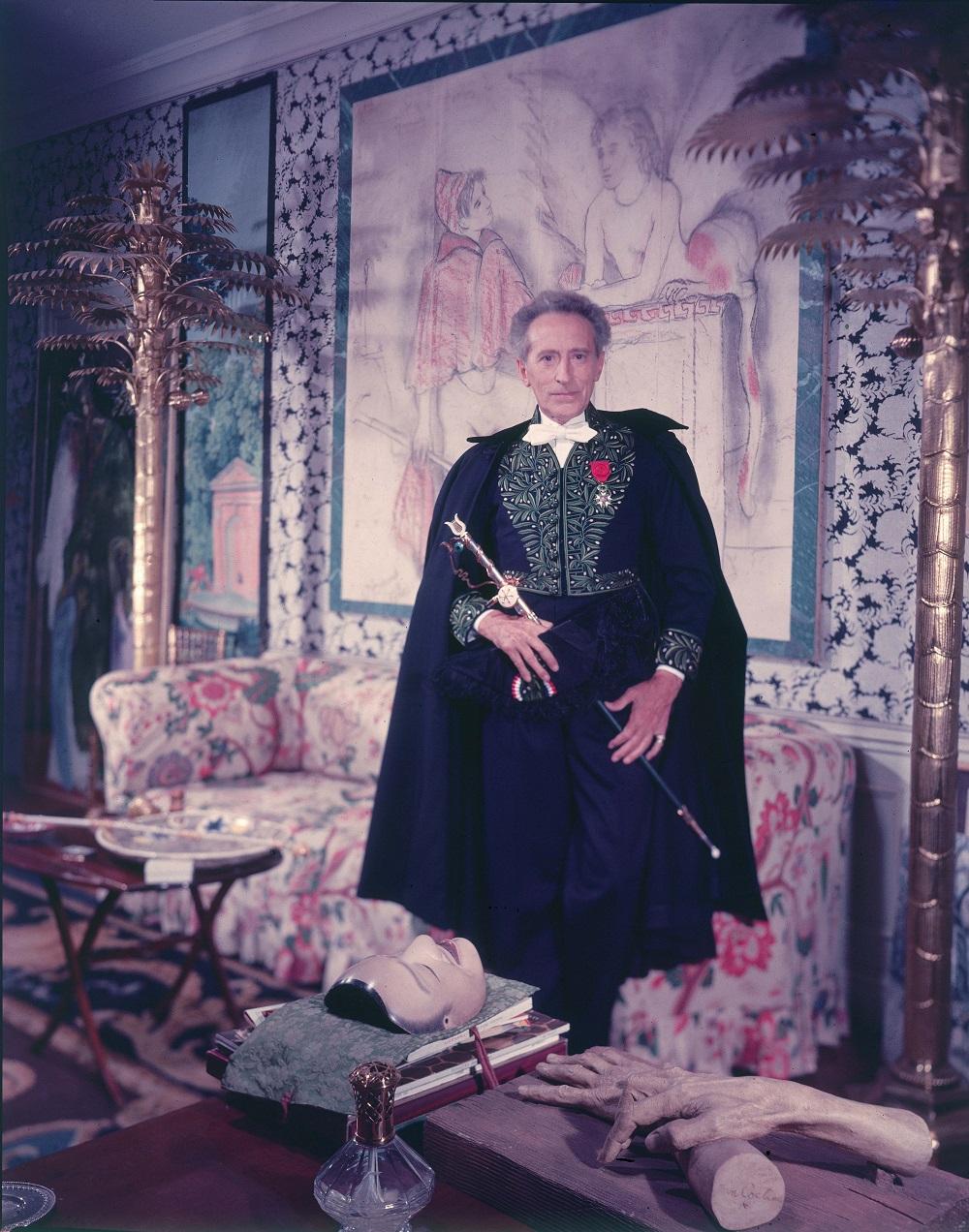 Cocteau dans sa tenue d'académicien : notez comme la silhouette est littéralement coupée en deux à partir de la taille.