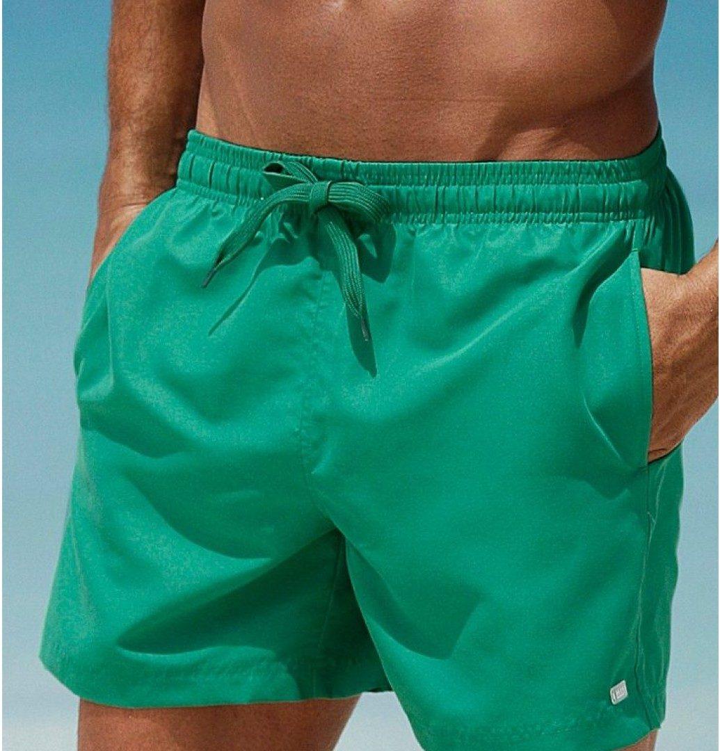 Pour les hommes on pense au classique short de plage taille basse qui permet d'exhiber les abdos et la fameuse « ceinture d'apollon ». Dans ces cas on cherche simplement à se dénuder le plus possible.