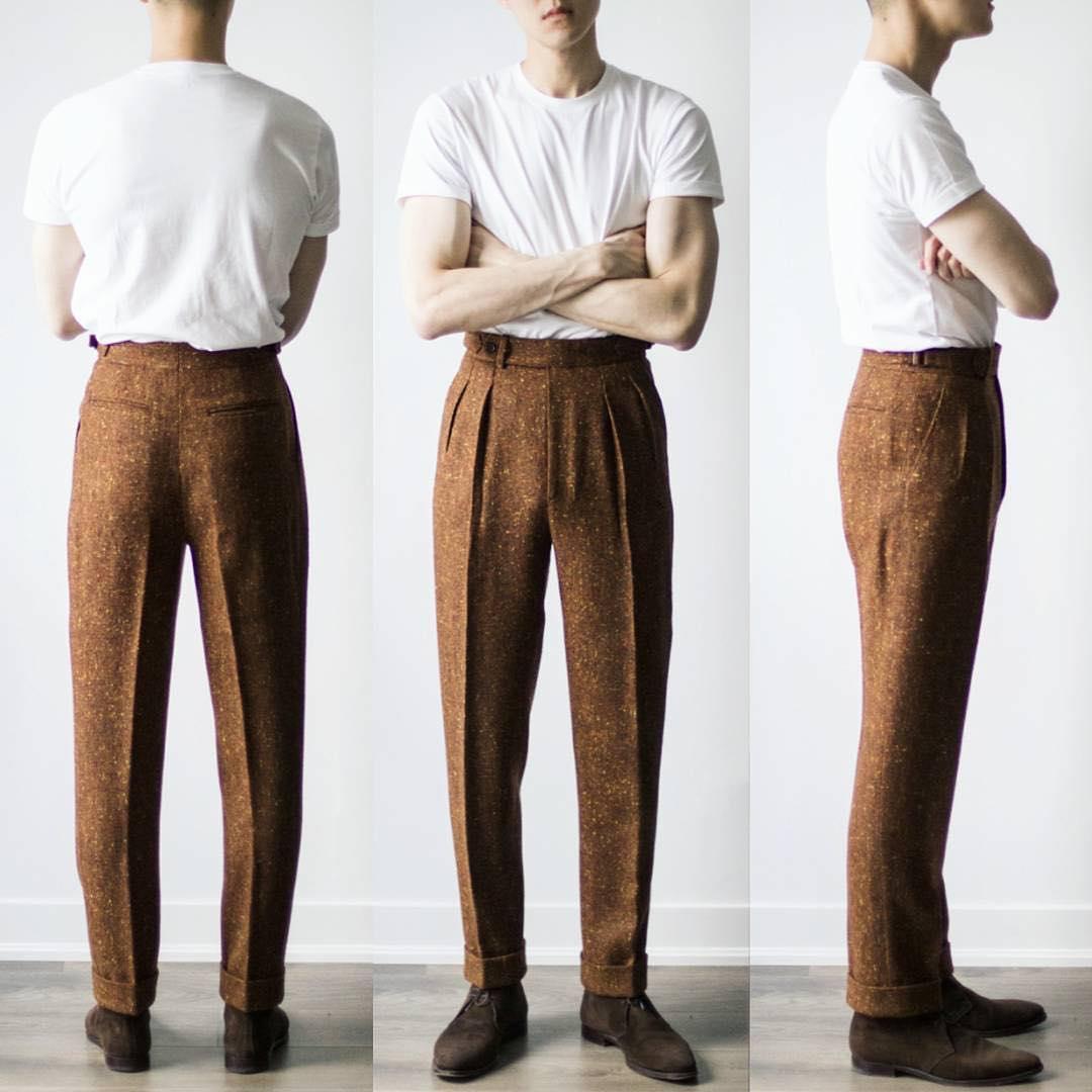 La règle classique veut que le pantalon parte en ligne droite jusqu'en bas depuis le point le plus large de la fesse. Le pli est fermé à l'arrière et forme ce qu'on appelle un « drapeau ». Comme sur la photo beaucoup de pantalons aujourd'hui tendent à être le plus ajustés possibles. Source : Zane Lim.