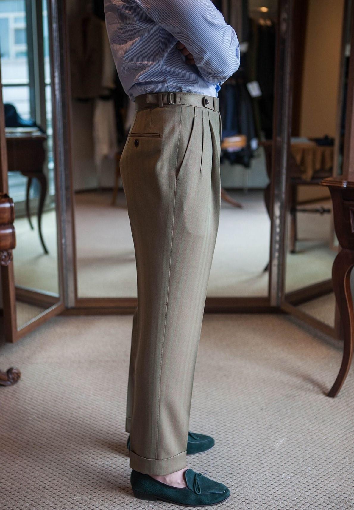 C'est d'un manque de matière dans la zone des fesses que vient souvent le problème : à partir de l'angle des fessiers le pantalon doit partir en ligne continue vers le bas. Les coupes slim sont plus serrées à la fois sur le haut de la cuisse (la base des fesses) et le tour de fesses en lui-même.
