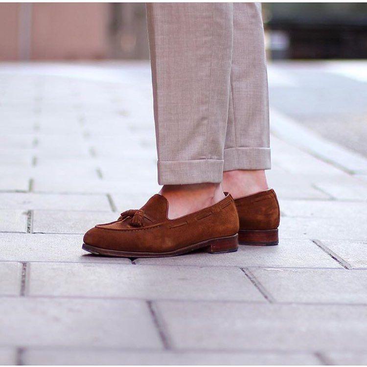 L'ouverture de cheville peut être plus ou moins étroite mais doit respecter une harmonie avec la chaussure et le haut du pantalon.