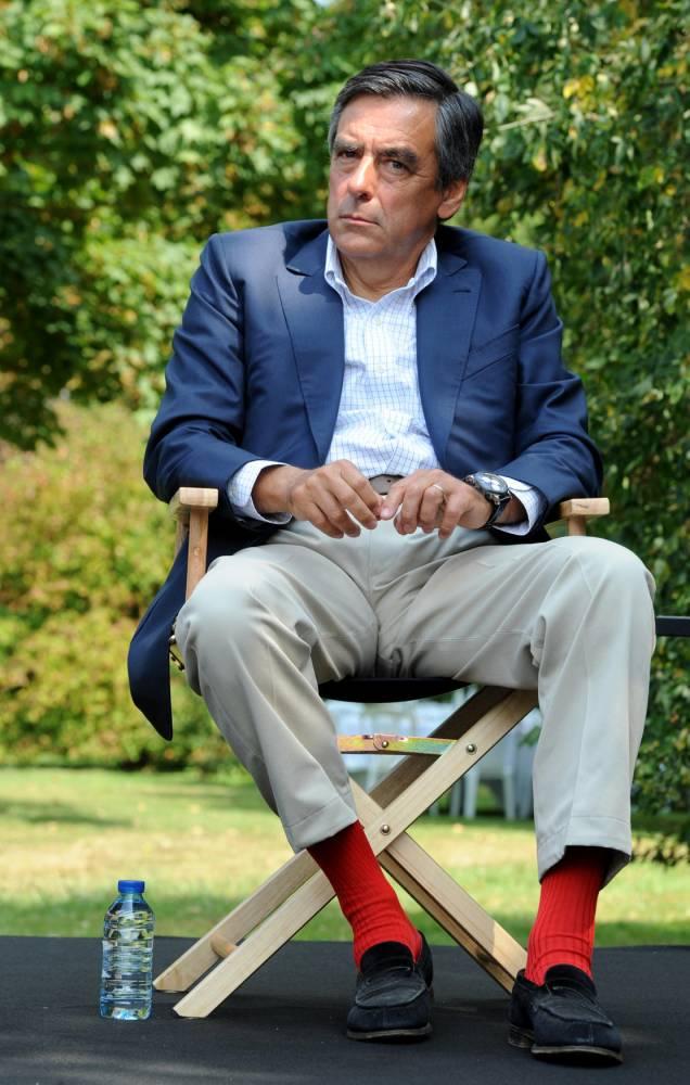 Les crétins du Pitti se sentent subversifs en dévoilant leurs mi-bas jaunes sur 10cm alors qu'aujourd'hui certains se baladent en short et chaussettes hautes blanches Fila. Normalement la cheville se découvre qu'en position assise.