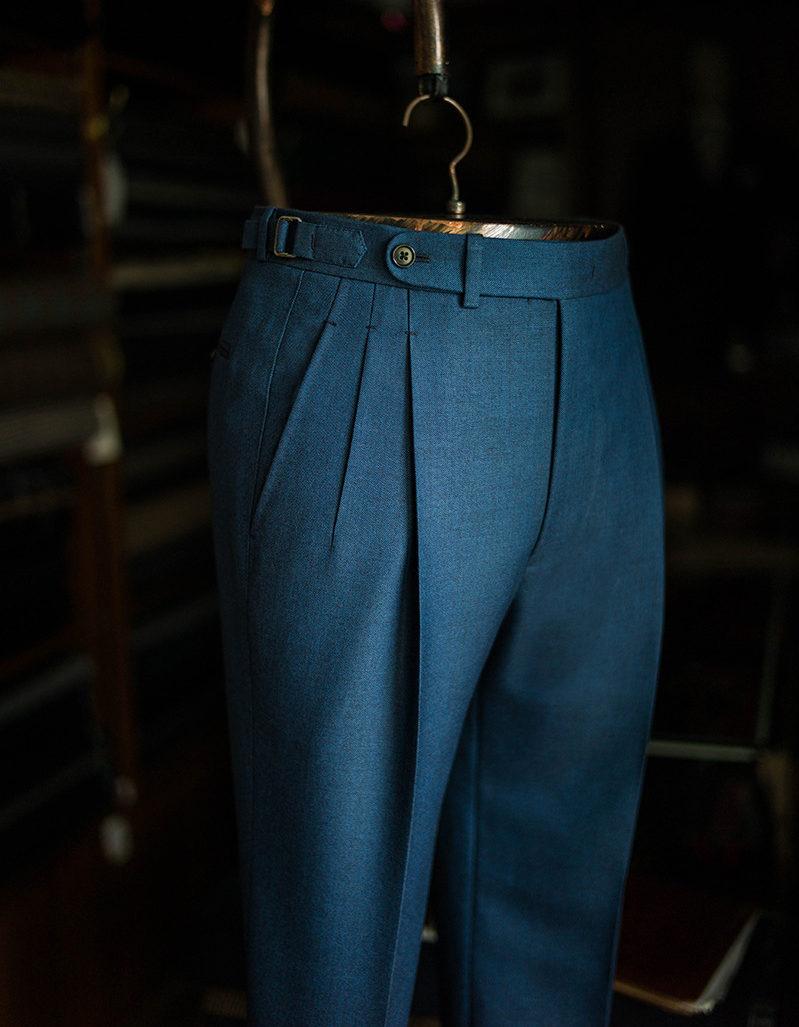 Tout le monde connait le « pantalon de costume » avec pli central avant et arrière. Quand les plis consistent en fait en des replis du tissu sur lui-même pincés dans la ceinture, on parle de pantalon « à pinces ».
