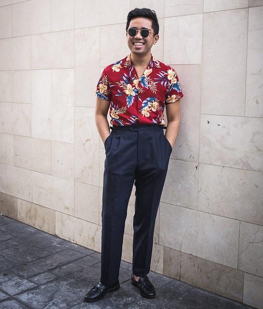 Même si la coupe n'est pas forcément ample, les motifs vintages permettent de porter assez facilement ce type de chemise avec un pantalon à pinces. Source : Ethan M. Wong.