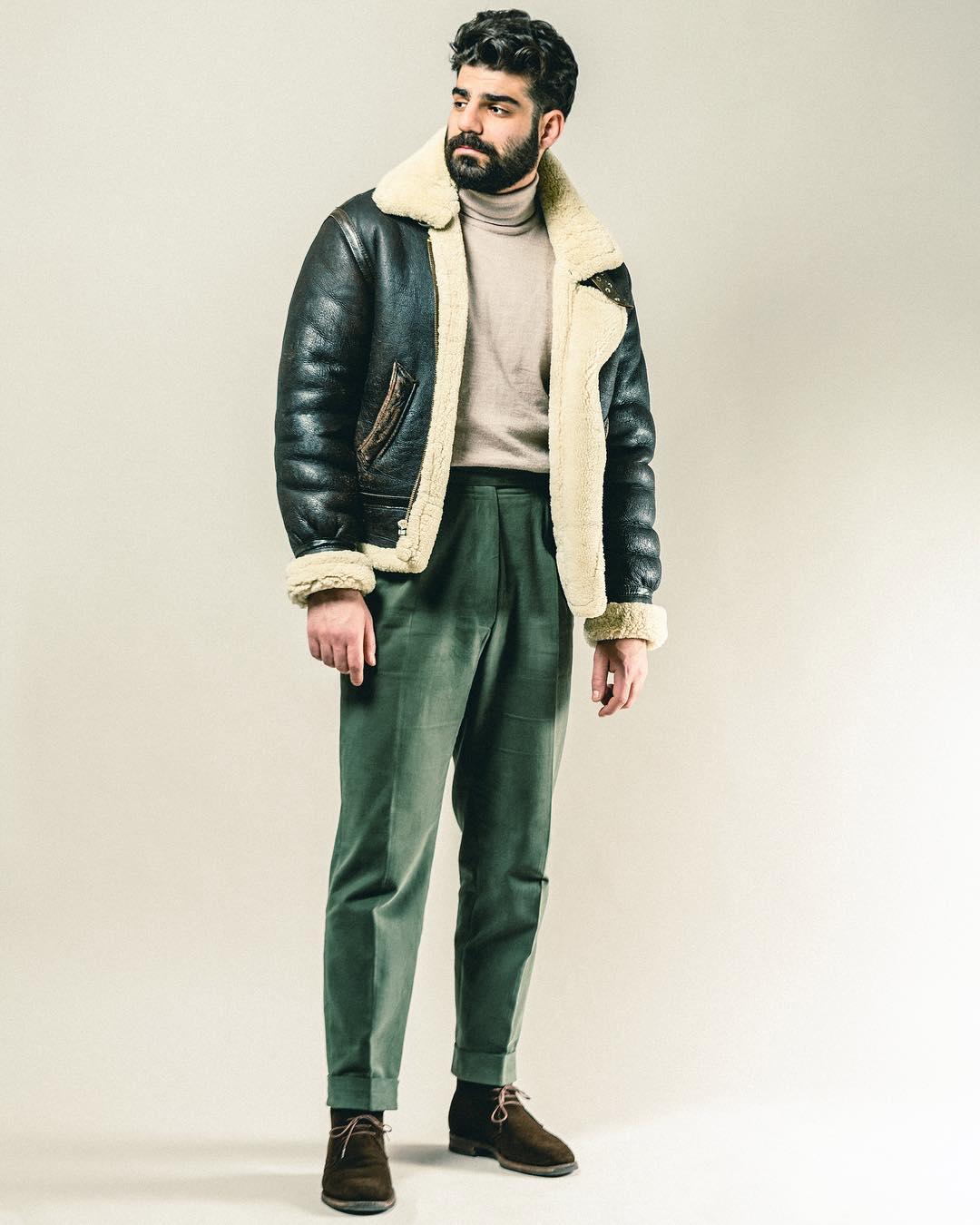 En hiver, vous pouvez oser le bombardier avec un col roulé rentré dans un pantalon taille haute en flanelle. Source : Milad Abedi.