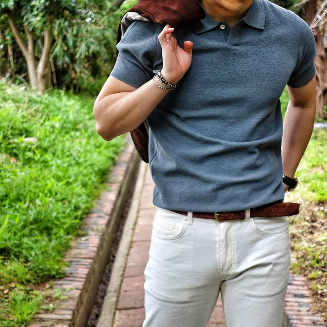 Au départ prévues pour être accessibles depuis un cheval monté, les poches « cavalières » sont également présentes sur la plupart des jeans. Elles sont un peu plus rares sur les chinos mais sont un choix judicieux pour éviter l'ouverture des poches debout.