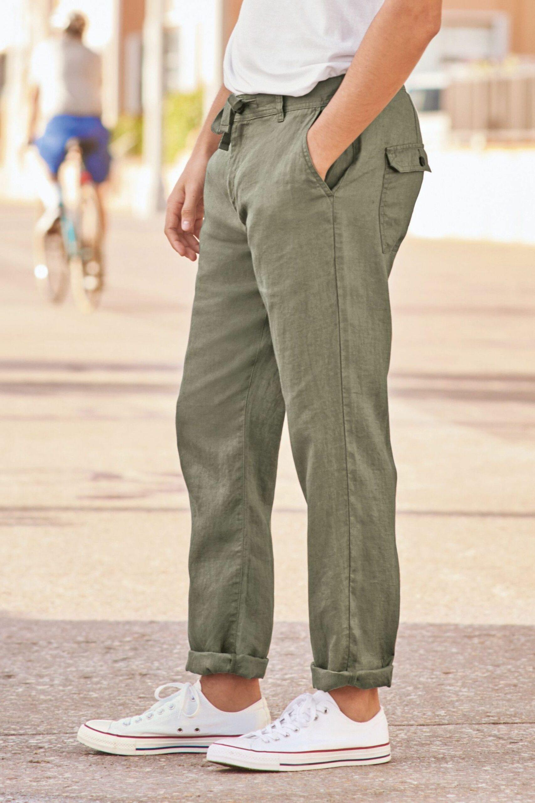 Les fesses sont marquées et la coupe suit la jambe de manière équilibrée : jamais le tissu n'est plaqué excessivement sur le corps.