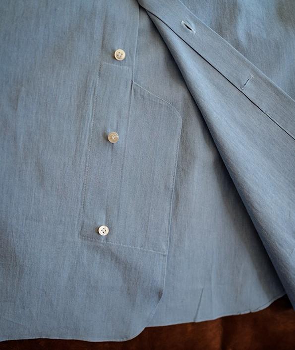 Autre détail, assez rare, qui empêche la chemise de sortir du pantalon. On remarque que la dernière bouttonière est à l'horizontal, ce qui permet de donner un peu de jeu. Si vous portez des pantalons taille haute, vous pouvez ne pas la boutonner pour être pleinement à l'aise.