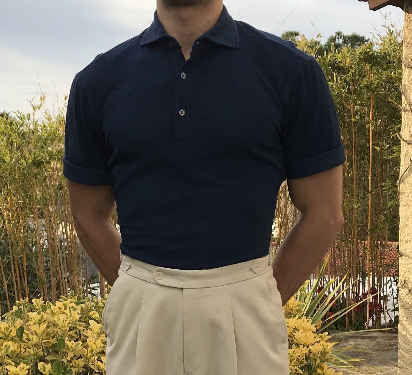 Le polo est cintré et met la carrure en valeur, comme sur un t-shirt pensez à rouloter les manches pour donner l'illusion d'un bras plus musclé.