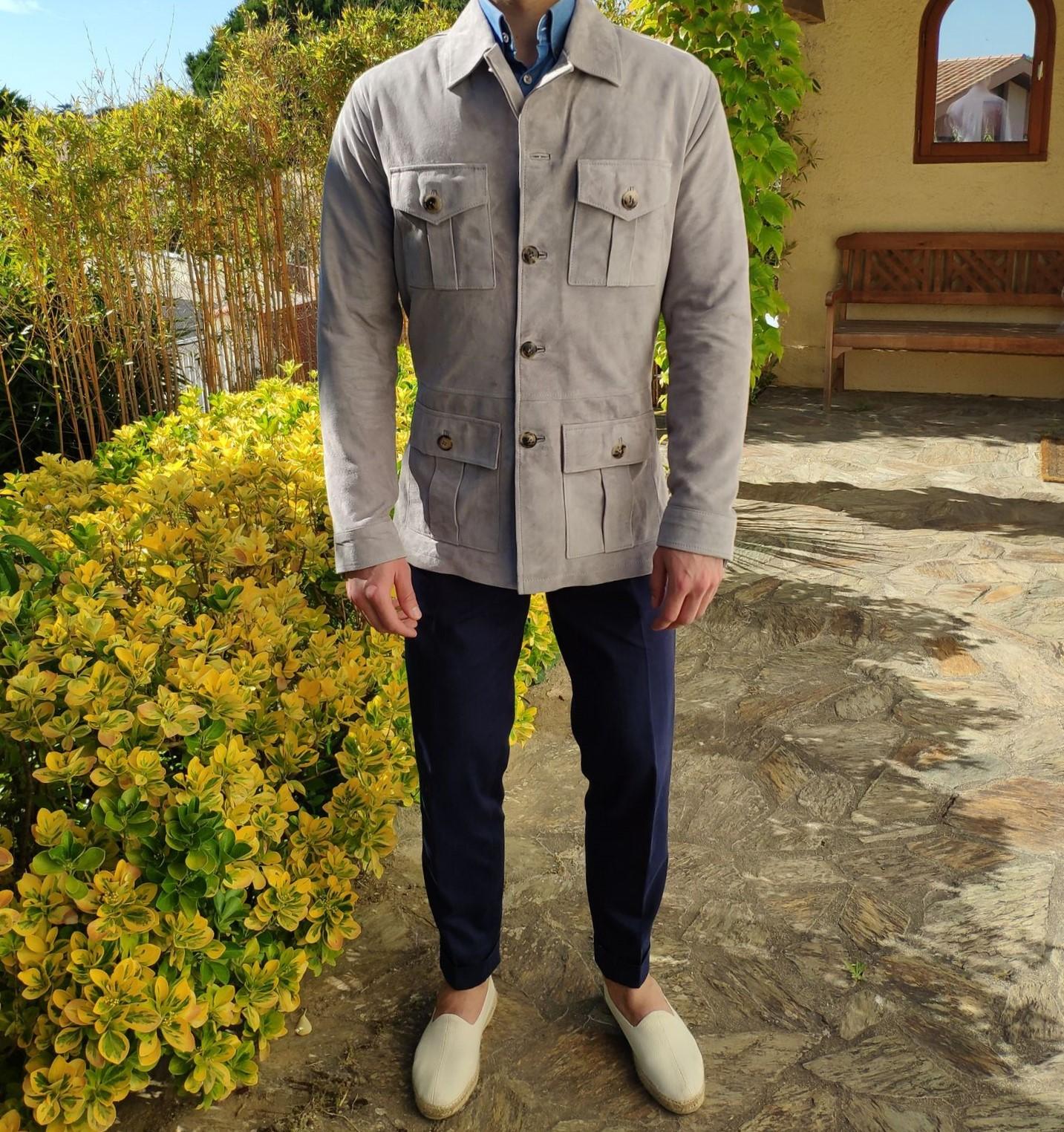 Ici portée avec un pantalon en coton Luxire, une chemise en chambray et une paire d'espadrilles écrues.