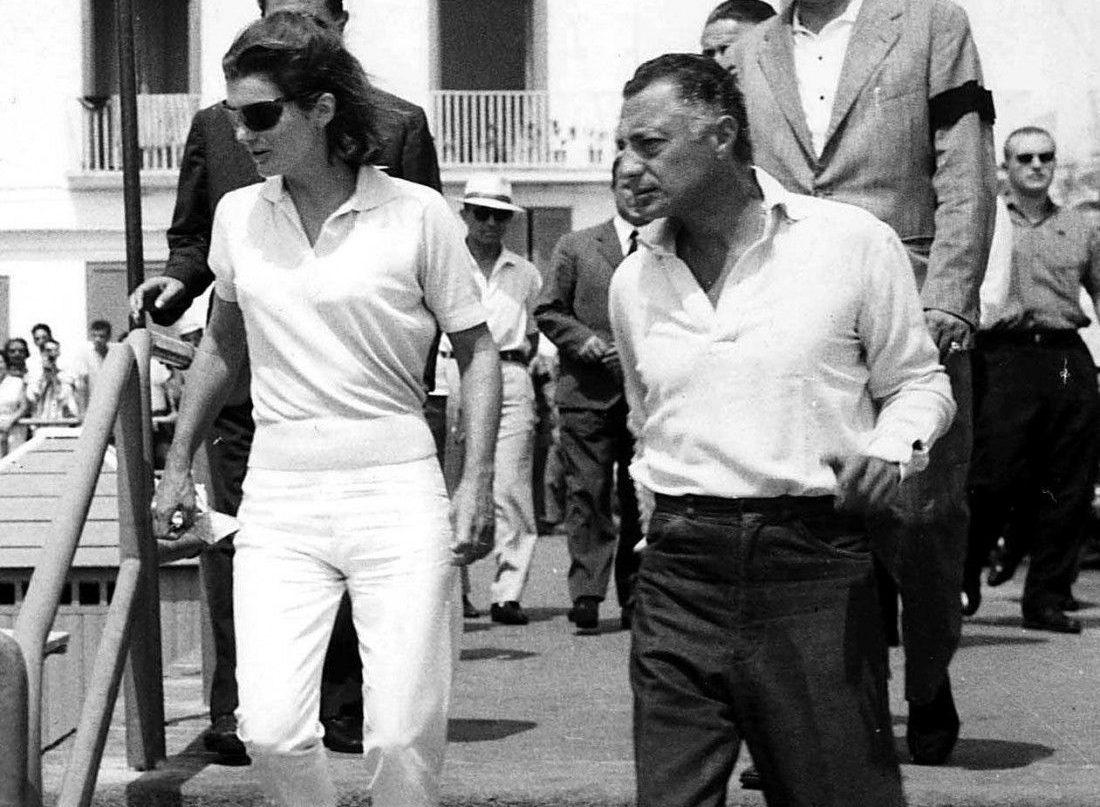 L'idole des ploucs, initiateur de tant d'ignominies. Cependant ici la tenue est plutôt sympa, haut clair et bas foncé, on note les poches cavalières sur un pantalon assez ajusté, dans lequel le polo est rentré: bref, c'est tout bon. Photo : Gianni Agnelli.