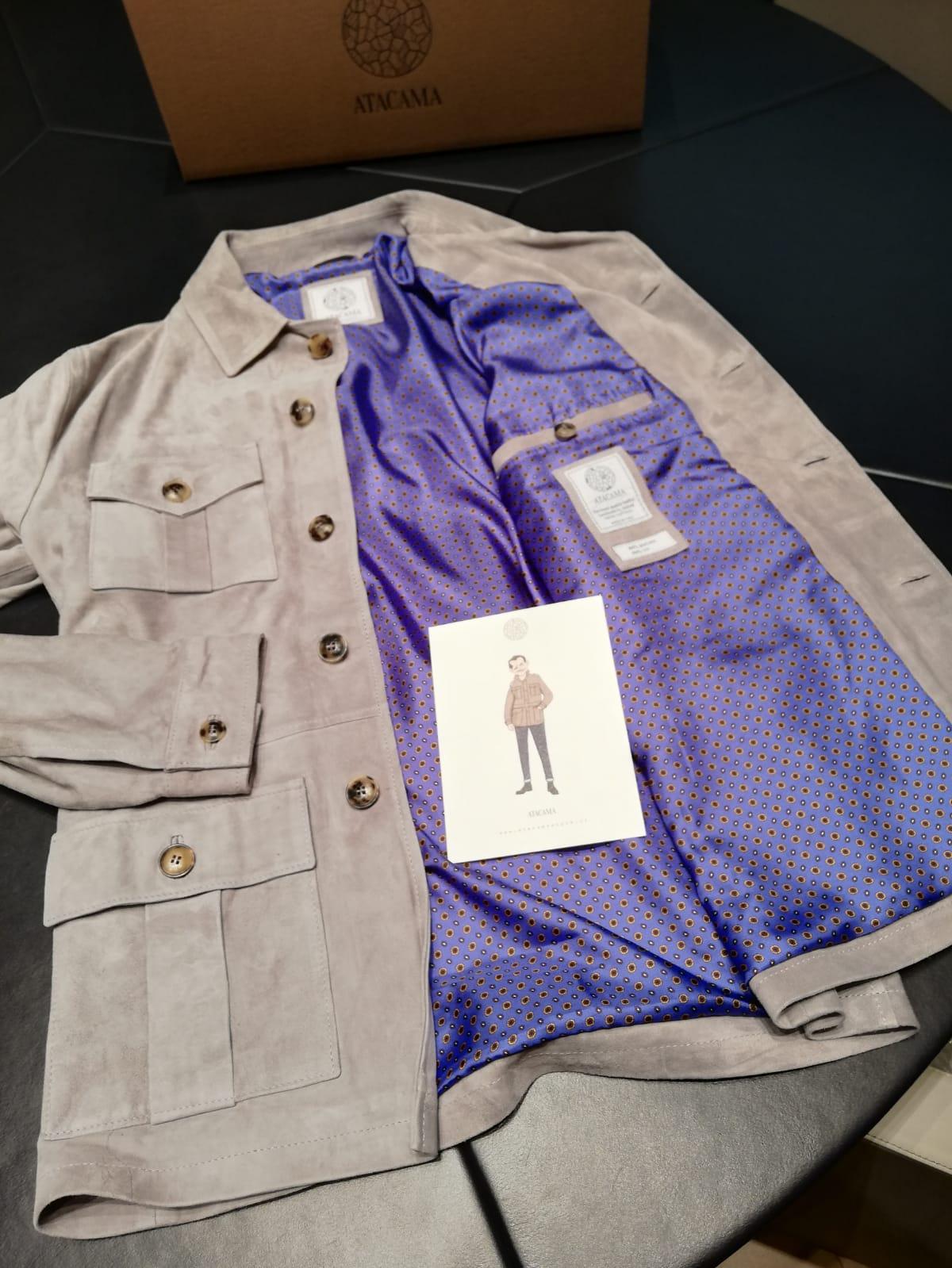 À l'intérieur de la veste, on retrouve une doublure en soie. Je dois avouer ne pas être fan de la couleur choisie (par mes soins). Erreur de ma part... Une couleur moins criarde me conviendrait mieux.