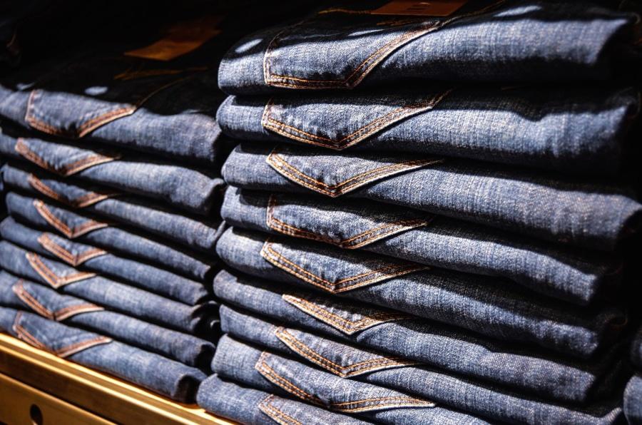 Le « fold appeal » est une pratique marketing qui consiste à rendre les vêtements présentables en étalage une fois pliés. Il a poussé les pantalons à devenir plus droits (et donc serrants) au niveau des hanches.