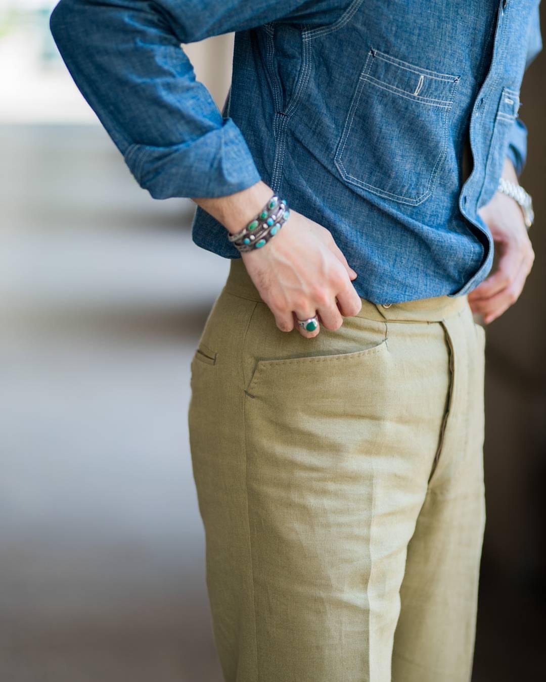 Sur un pantalon classique elles peuvent apporter une variation subtile. Source : Ambrosi / The Armoury.