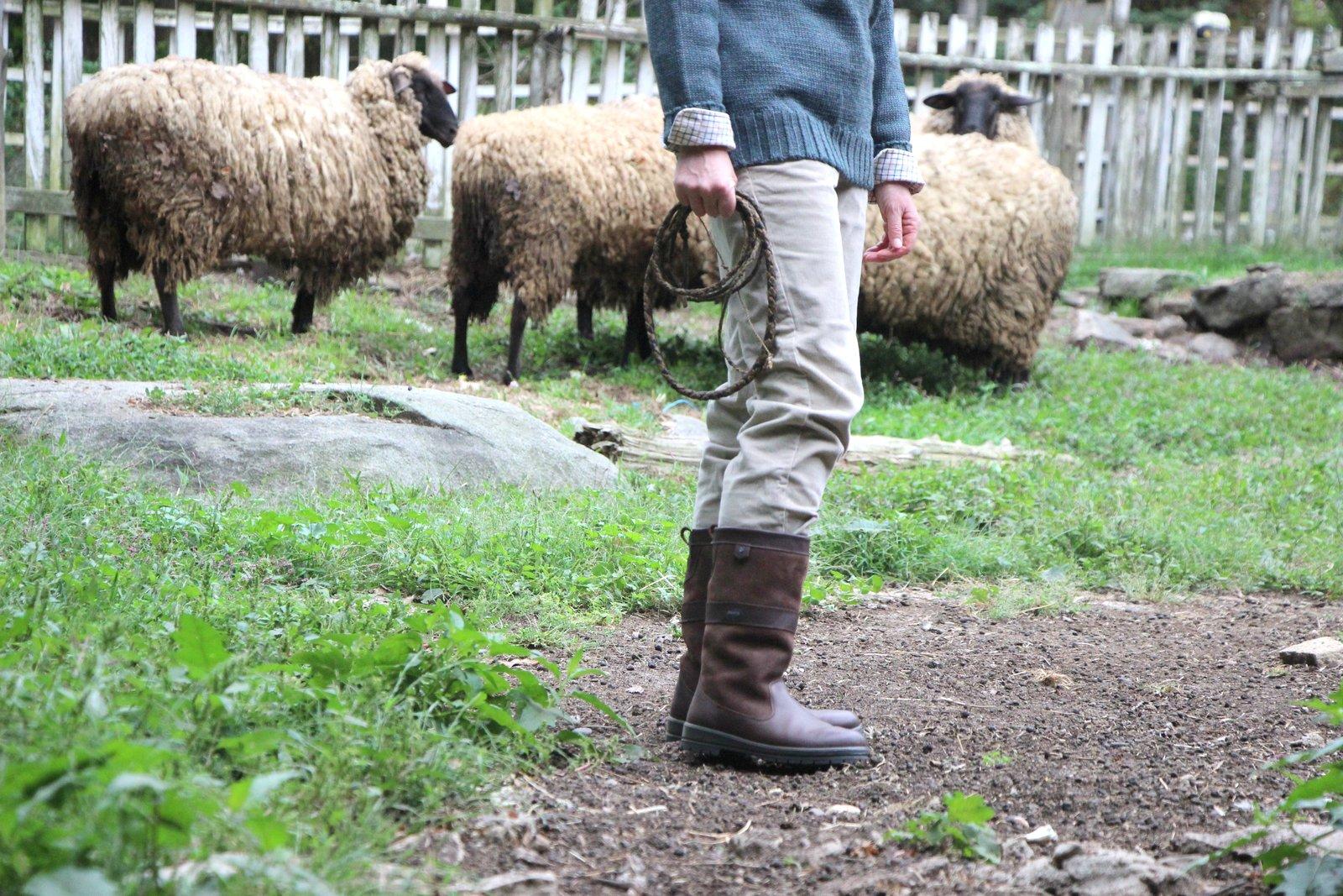 Remplacez les bottes par une paire de chaussures plus civilisée, et vous obtiendrez une fort belle tenue de ville tout en gardant le charme sans égal du gentilhomme fermier que vous n'êtes pas. Source : Salt Water New England.