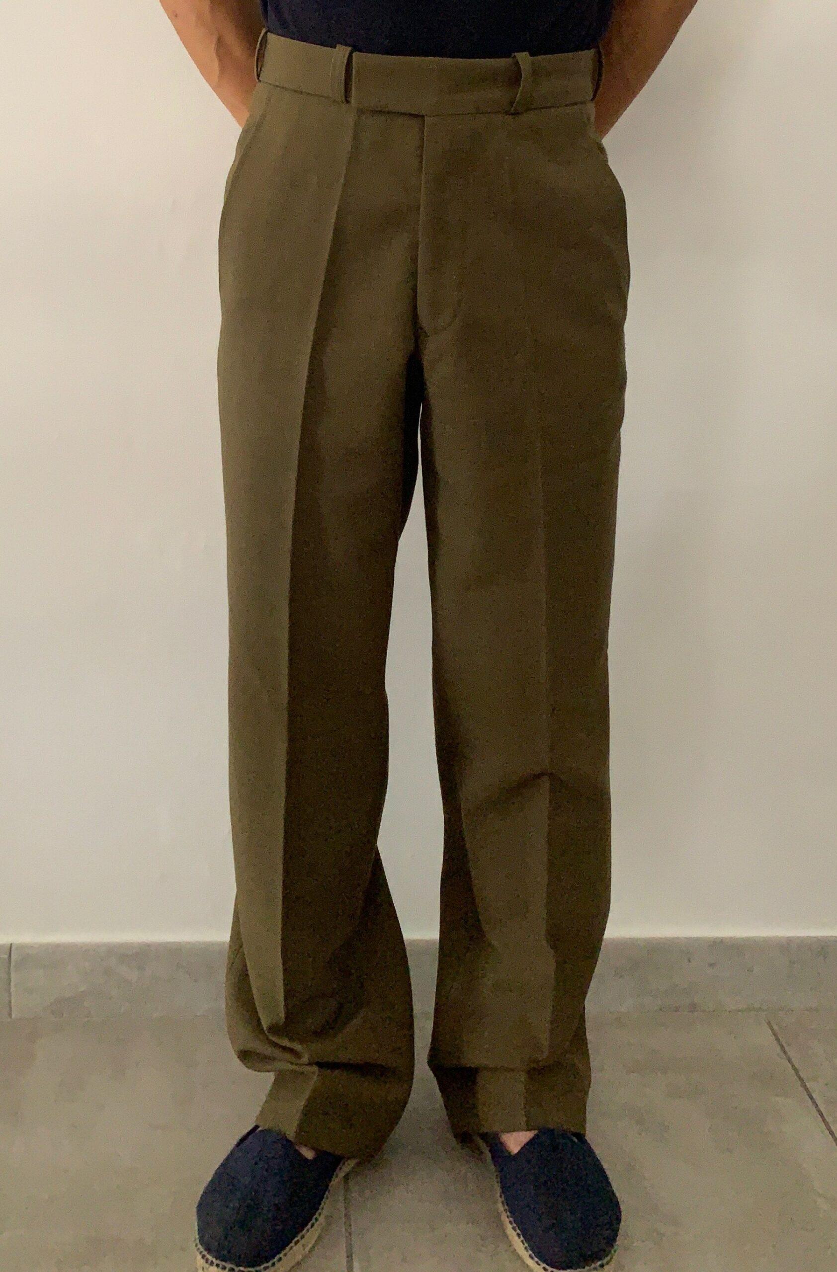 Ici mon ami Damien. Le pantalon a été trouvé 10€ dans un surplus militaire.