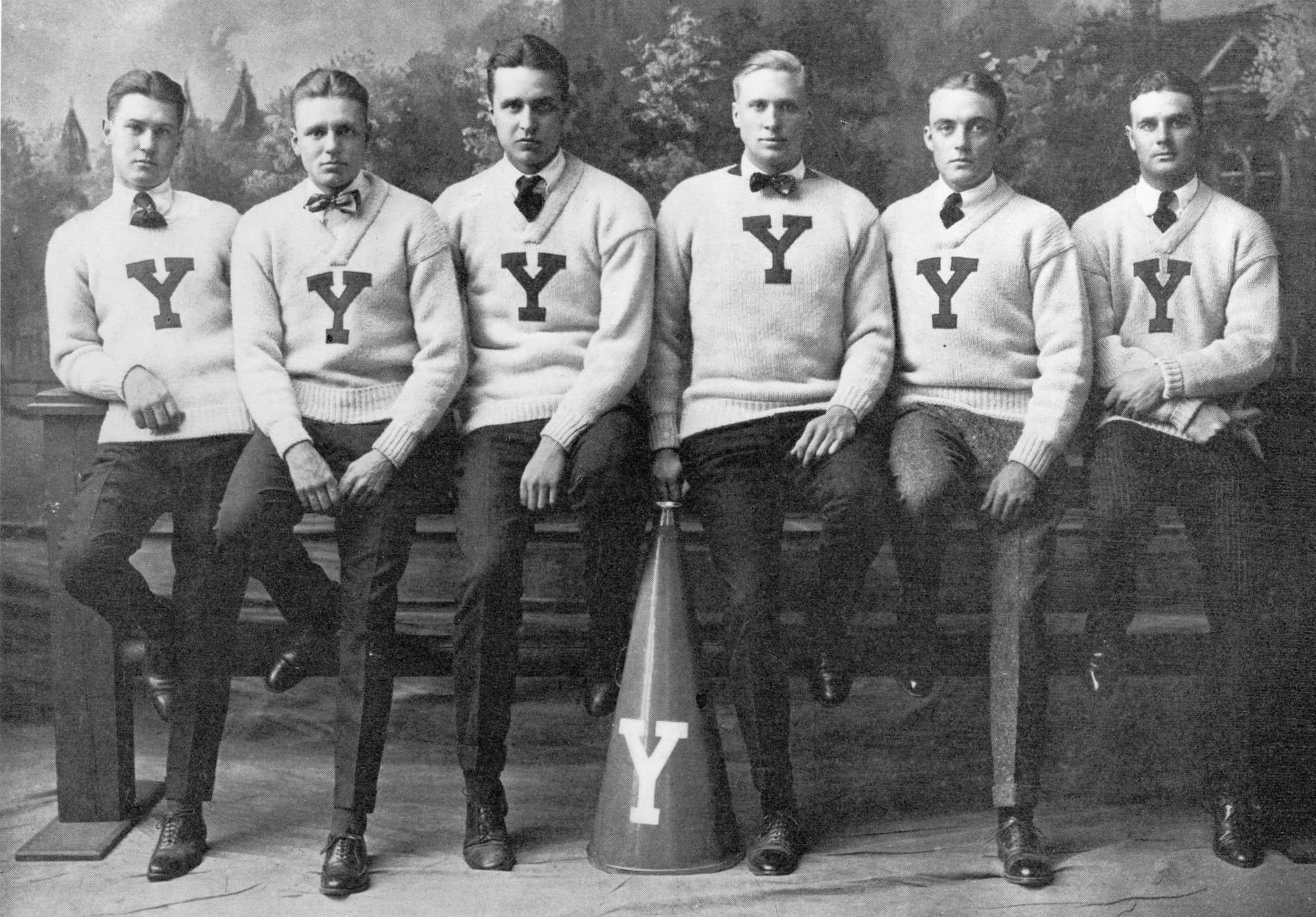 Le combo pull col rond/v est un classique qu'on retrouve souvent sur des vieilles photos de la Ivy League. Il a peut-être été un peu victime de sa reprise par le preppy. Préférez le col rond au col v pour un port sans cravate.