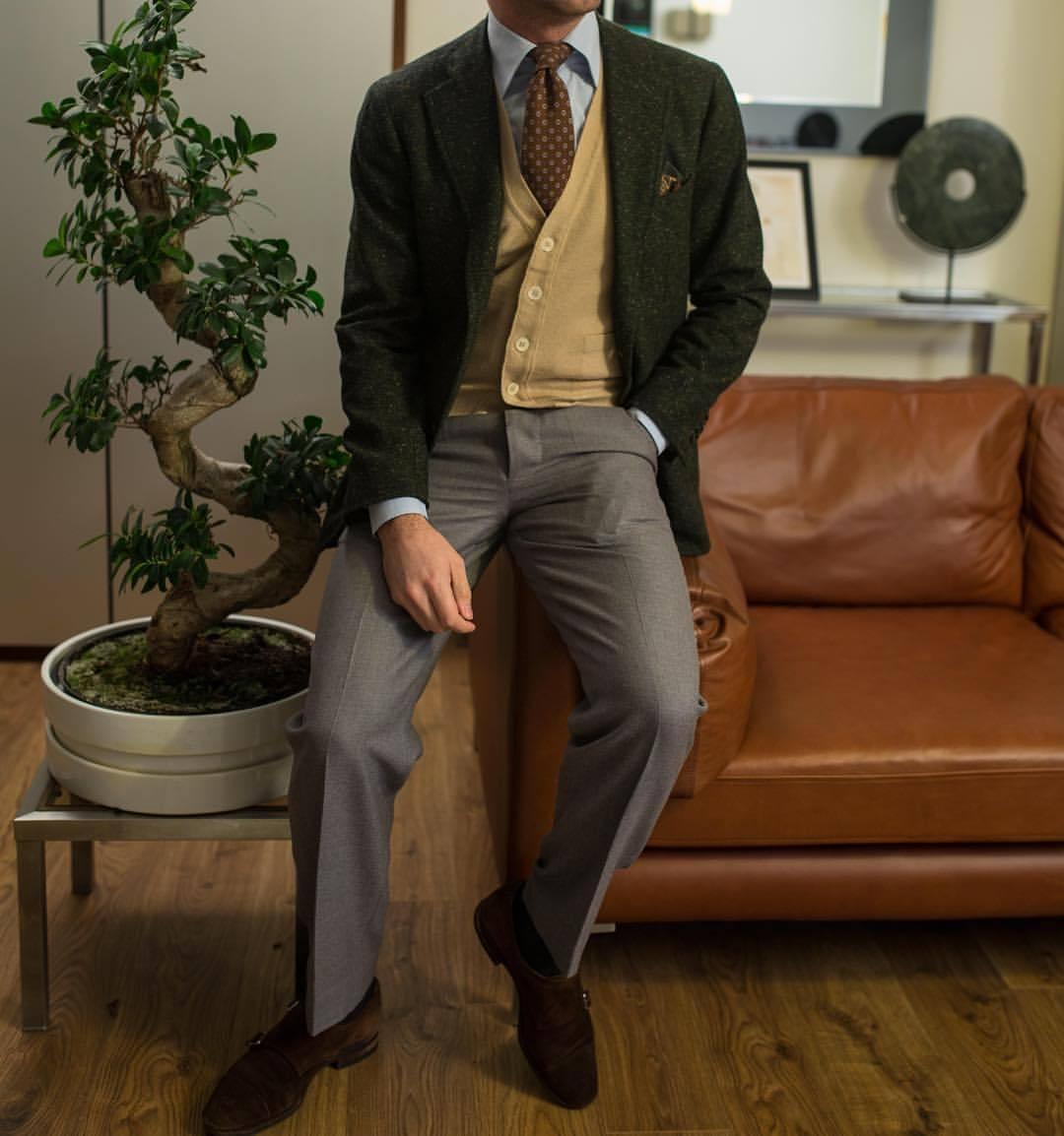 Je trouve que le cardigan en maille fine rend très bien avec une cravate mais a ce revers de rendre très mal sans, ce qui le rend surtout intéressant pour les tenues classiques « pures » dans le style de cette photo.