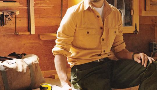 Une chemise de type chamois, avec deux poches à rabats. On peut regretter le choix d'un tee-shirt en guise de première couche : une chemise en oxford ou en chambray eût été préférable.