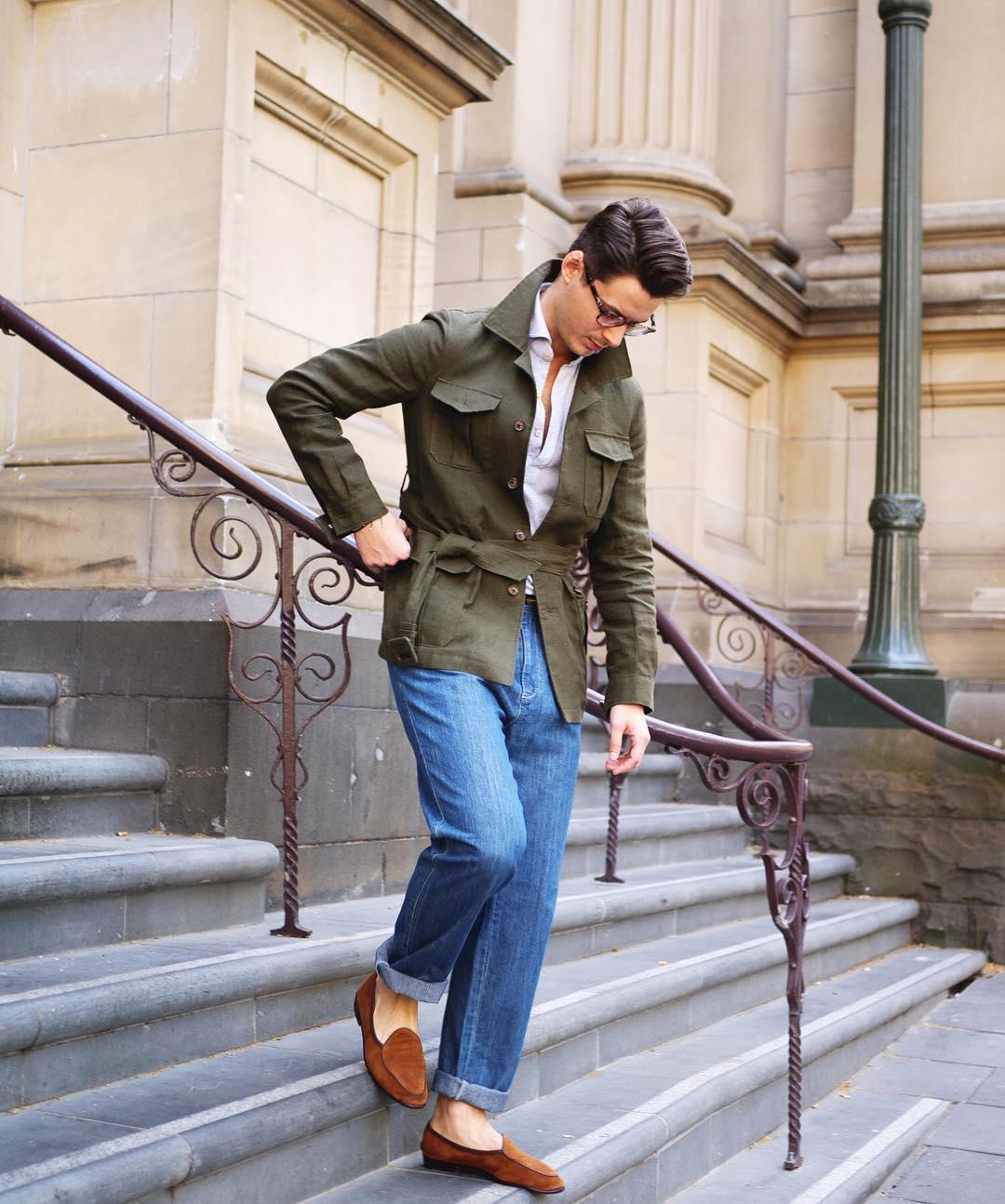 La chemise couplée à une veste longue donne quant à elle directement un côté plus formel que compense ici Steve Calder avec un jeans et des mocassins clairs en bas de tenue.