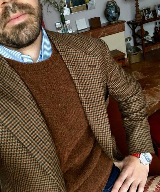 Le col rond porté avec une chemise est plus casual qu'une chemise seule, mais moins qu'un col roulé.