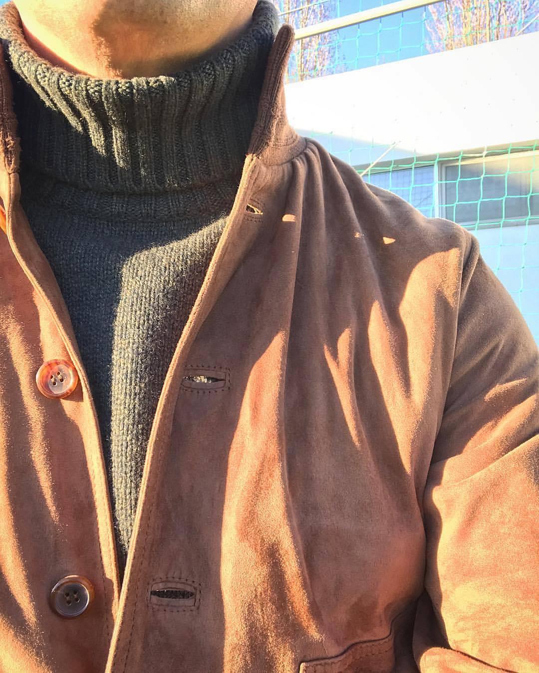 Même s'il fonctionne avec absolument toutes les tenues, je trouve qu'il se marie particulièrement bien avec les vestes courtes type bomber. Source : cezinho78.tumblr.com