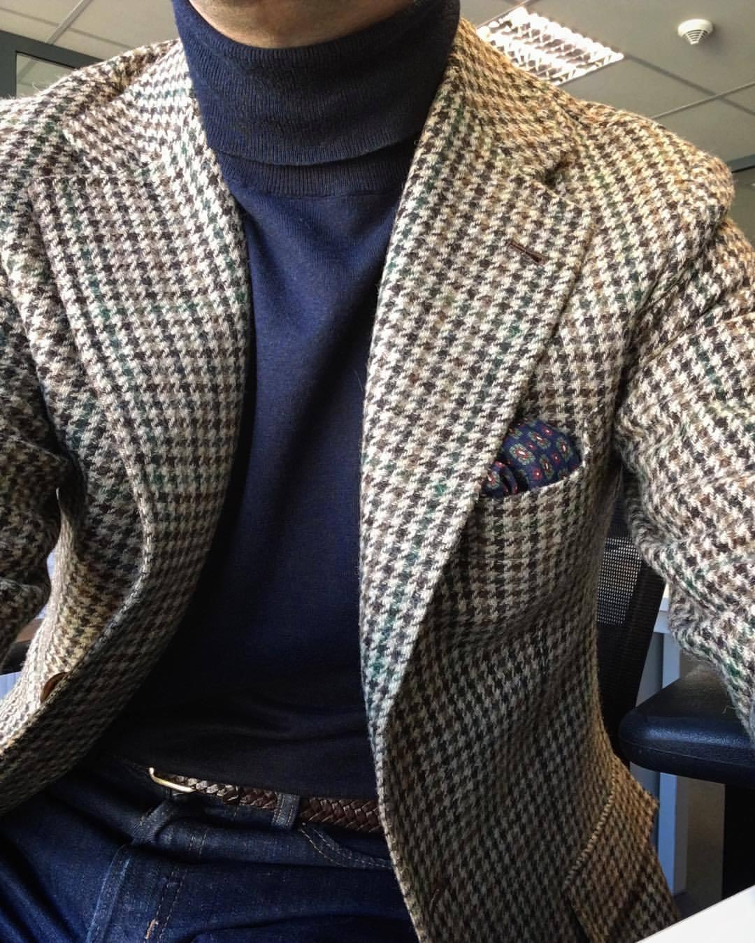 Voilà un bon exemple de la manière dont une veste en tweed peut s'intégrer à une base très casual (col roulé/jeans/ceinture tressée). On peut même se permettre le luxe d'ajouter une pochette.