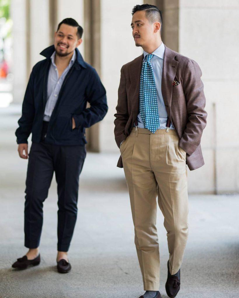 La tenue de gauche avec la veste type Harrington, le pantalon highwater, la chemise ouverte et l'absence de chaussettes est typiquement le genre de tenue casual 100% classique façon Ivy League à laquelle vous pouvez prétendre en tant qu'étudiant ou autre. Celle de droite même si elle est aussi dans un registre sartorial casual (veste marron, chino à pinces, mocassins) est par contre importable dans notre cas.