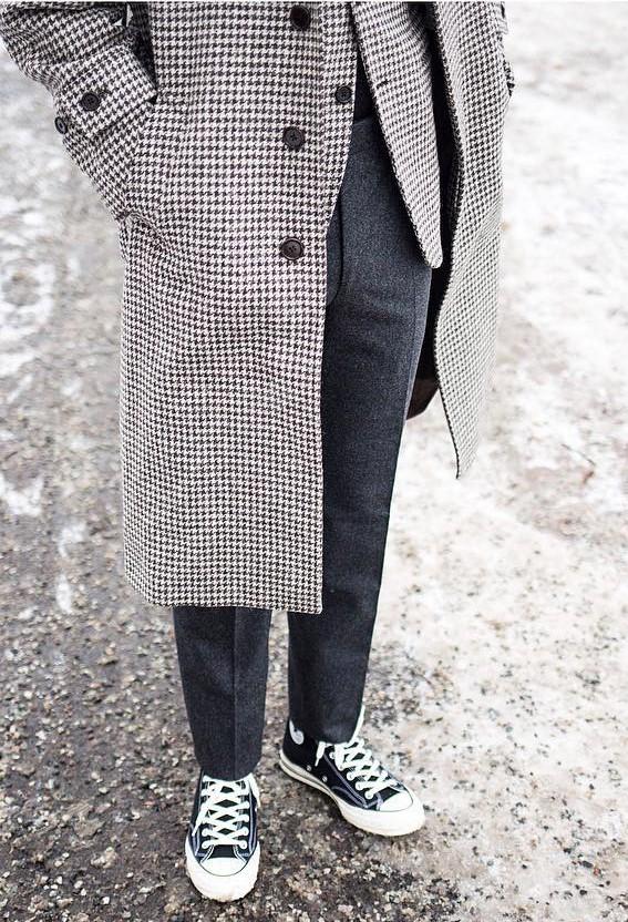 Utilisation moins fréquente chez nous mais courante chez les Coréens : des Chuck Taylor montantes foncées avec un pantalon classique. Source : @quyandco
