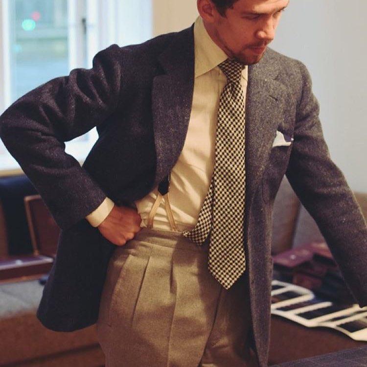 Ce genre de tenue (dépareillé veste/pantalon) déclenche déjà des remarques et moqueries dans les milieux où l'on porte le costume alors ne pensez même pas vous ramener comme ça à un cours de socio ou que sais-je.