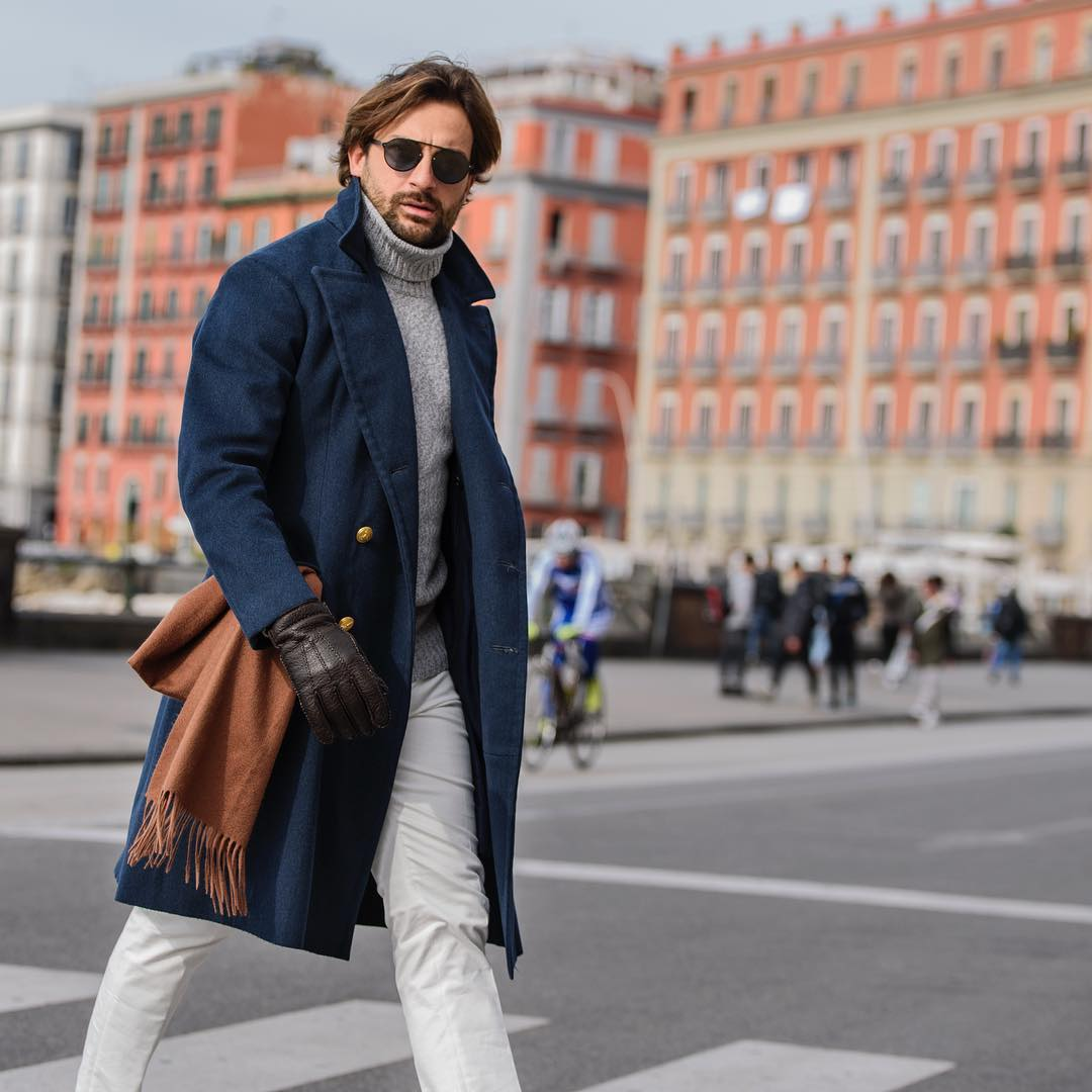 Le manteau peut remplacer la veste pour un port très casual. Vous pouvez opter pour un modèle bien ajusté étant donné qu'il est dans ce cas porté directement sur la première couche. Source : Danilo Carnevale