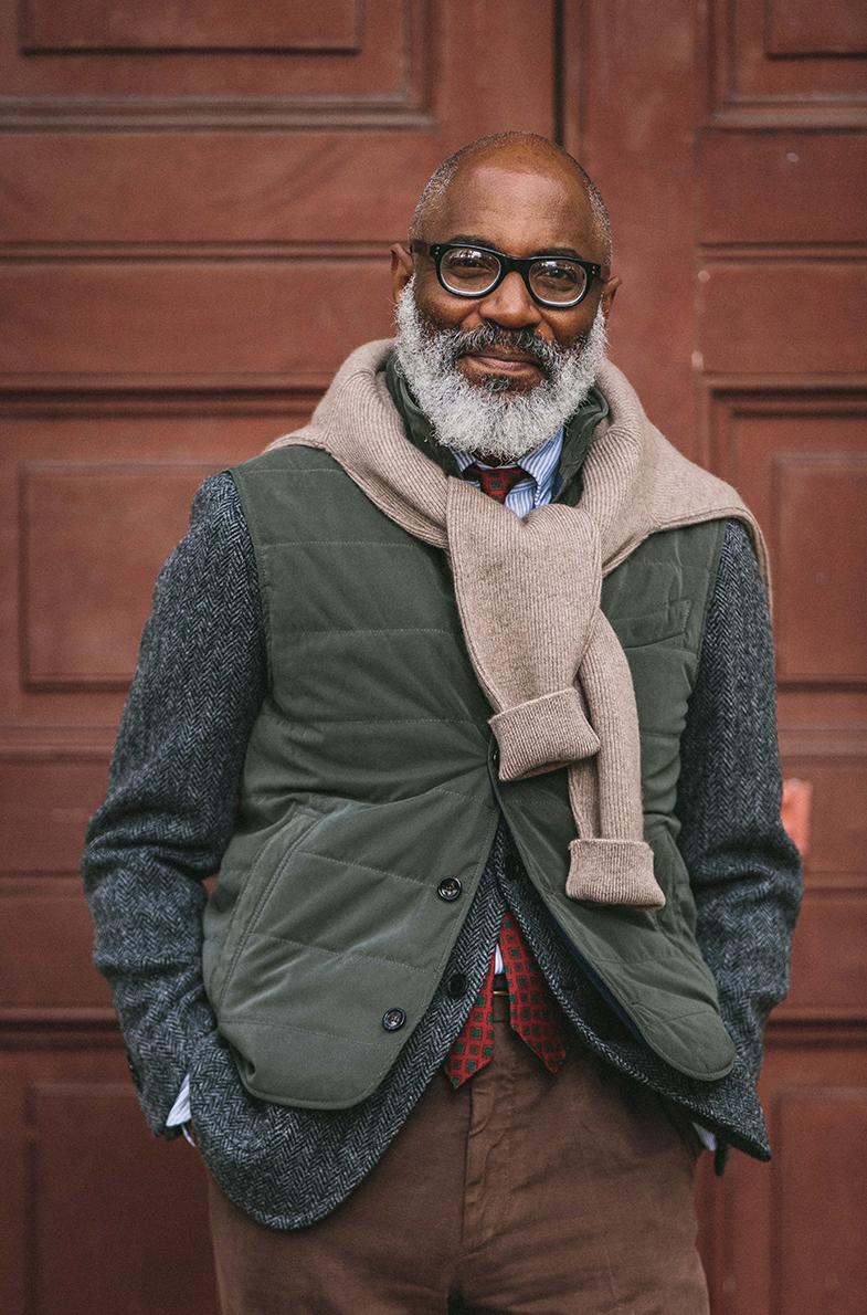 Pensez aussi à la doudoune sans manche. Soit en couche apparente, par dessus une veste par exemple - ce qui au passage peut faciliter son port (car la pièce la plus apparente a un fort impact sur la formalité d'une tenue) - ou bien sous un manteau pour apporter un regain de chaleur. Source : Drake's.